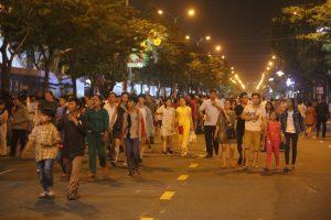 Người dân đổ bộ đi xem pháo hoa đà nẵng