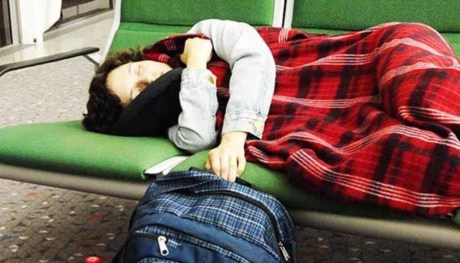 ngủ lại sân bay