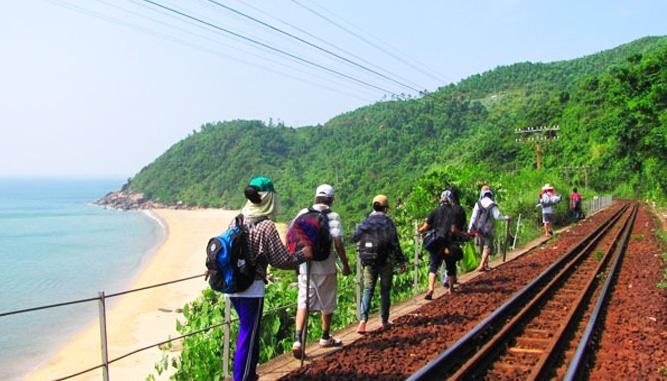 Đoạn đường đi dọc đường ray xe lửa.